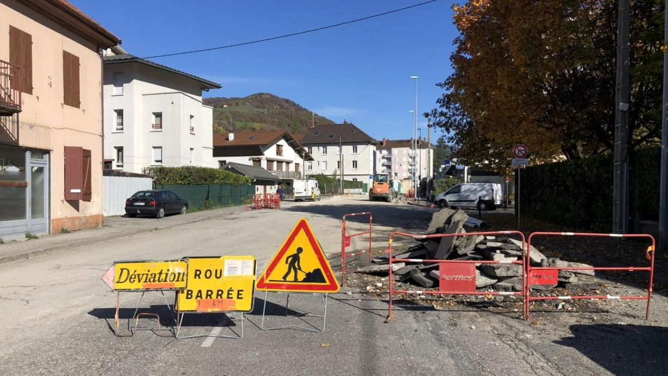 La route est bloquée depuis plusieurs semaines, ce qui irritait quelque peu automobilistes et riverains. Normalement, le chantier sera conclu cette fin de semaine.