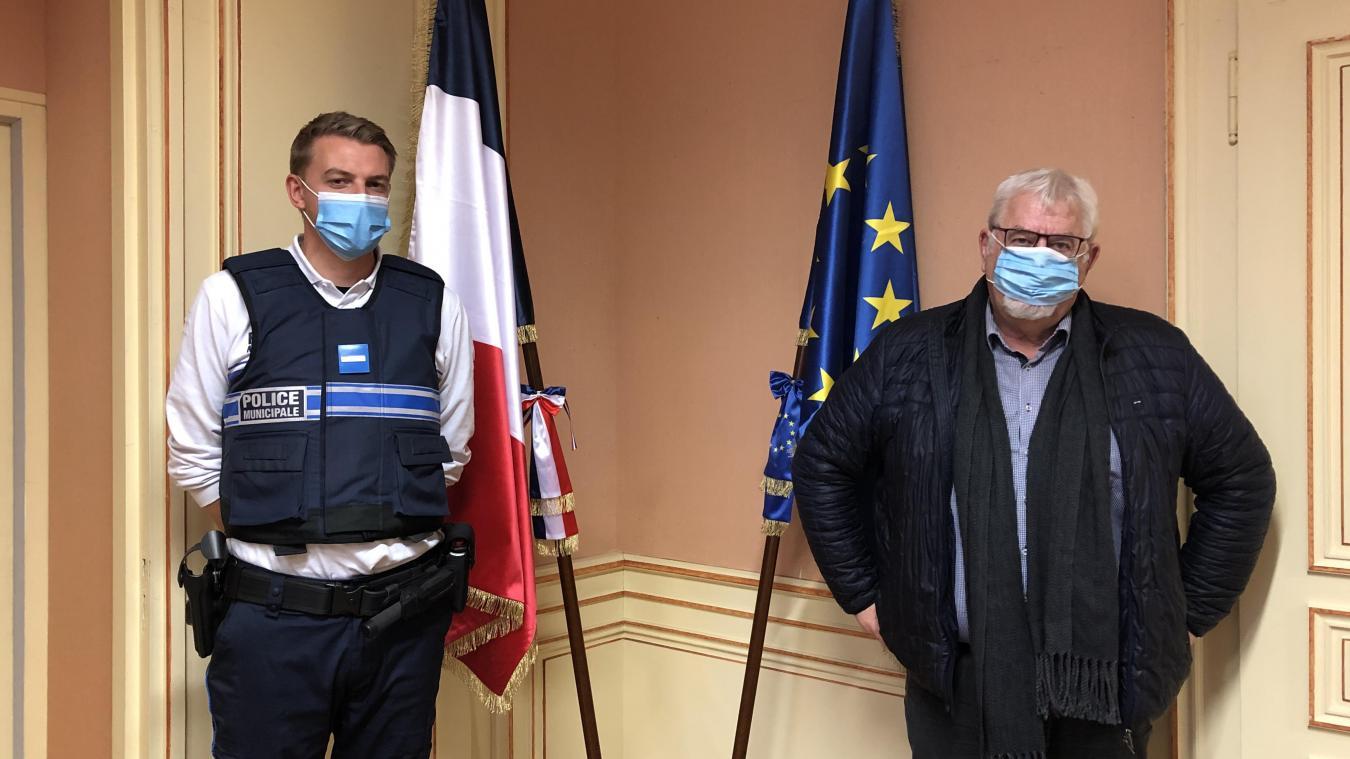 Manuel Cordary, chef de la police, aux côtés de Daniel Raphoz, maire de la commune.