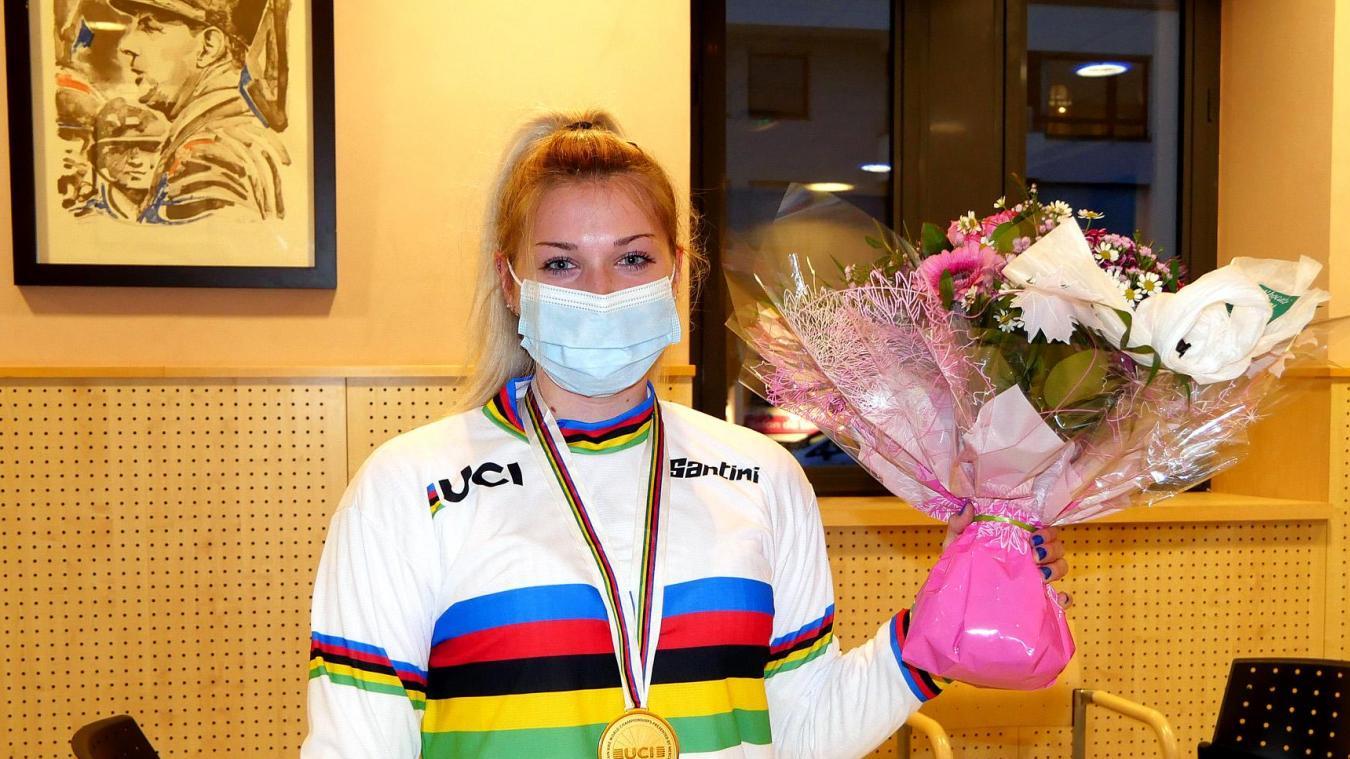 Lauryne Chappaz pose en mairie avec son maillot de championne du monde et sa médaille d'or.