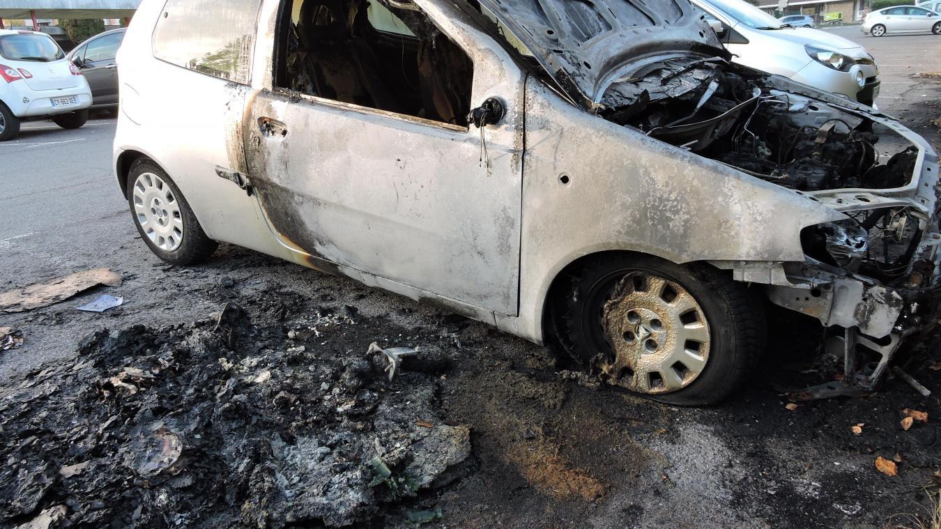 Gaillard : des véhicules en feu sur un parking