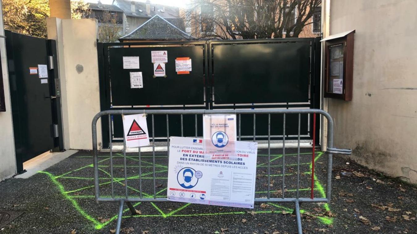 Un message collé sur la grille précise que l'école est fermée pour «raisons sanitaires».