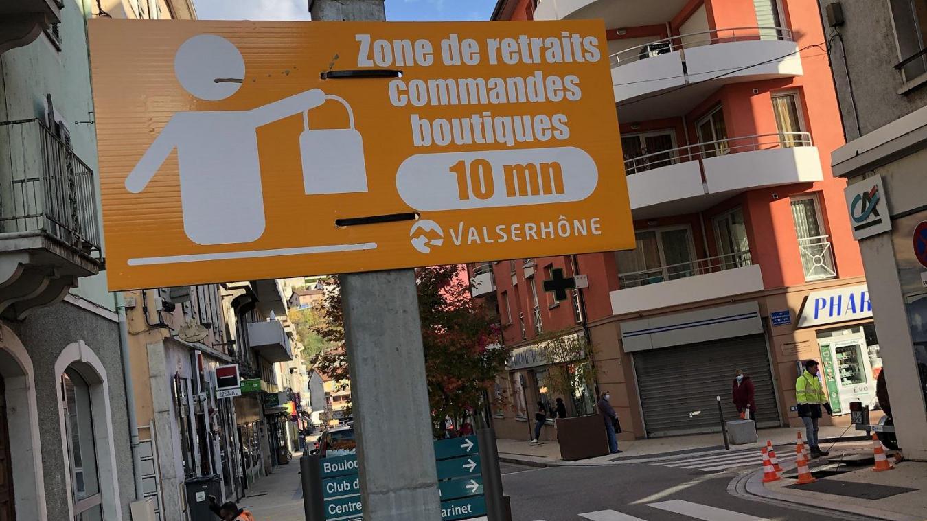 La commune compte 14 emplacements de ce type, avec un arrêt limité à 10 minutes, afin de retirer une commande dans un commerce.