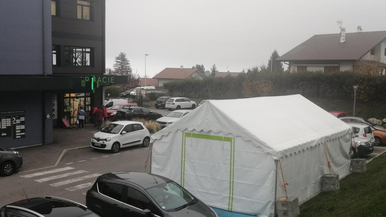 Sur le parking de la pharmacie attachée à la maison médicale de Publier a déjà été installée la tente où seront pratiqués les dépistages rapides.