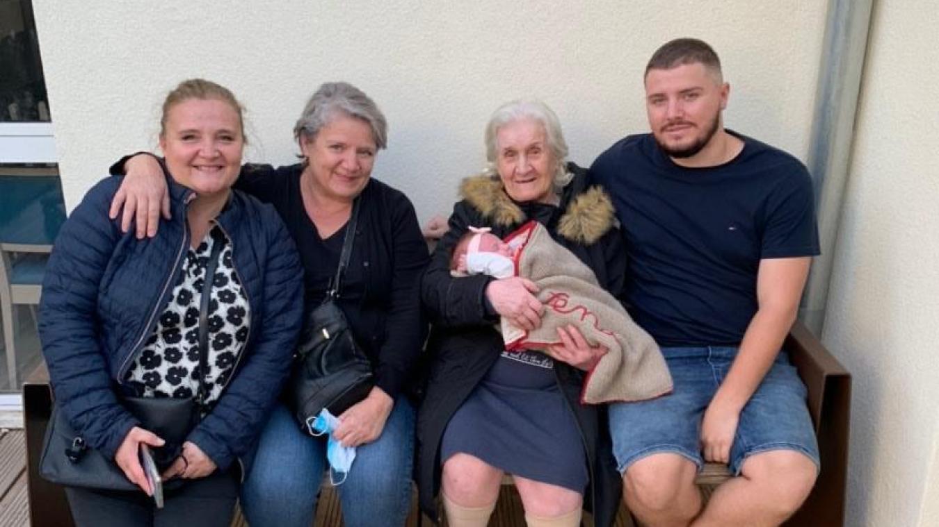 Les 5 générations réunies  : Nathalie, Marie-Carmen, Carmen avec Léna dans les bras et Mathias.