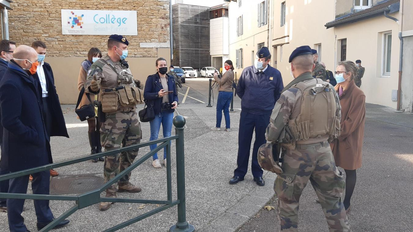 La préfète à la rencontre des miitaires qui patrouillent dans les rues de Bourg-en-Bresse.