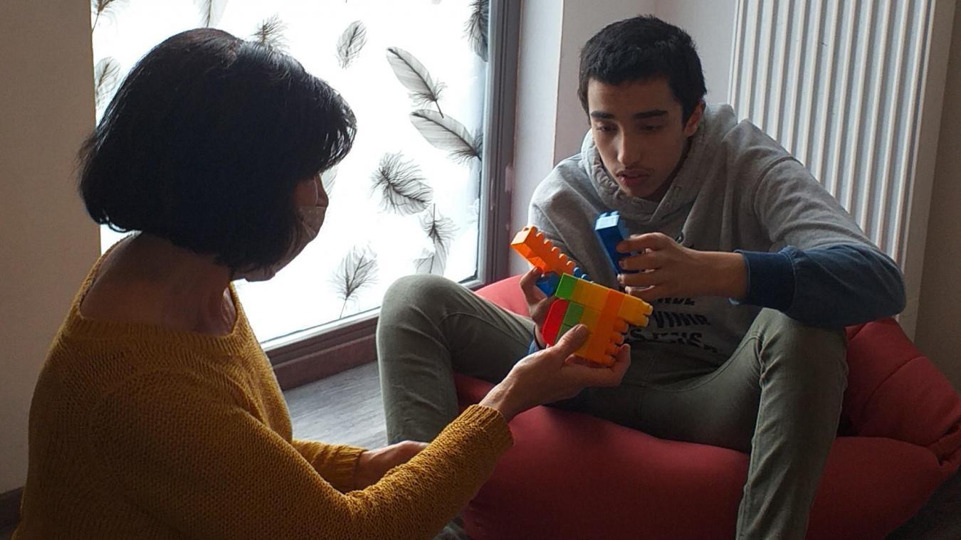 Les bénévoles jouent avec Anis en respectant son rythme et ses envies. C'est lui qui décide à quoi et comment il veut jouer.
