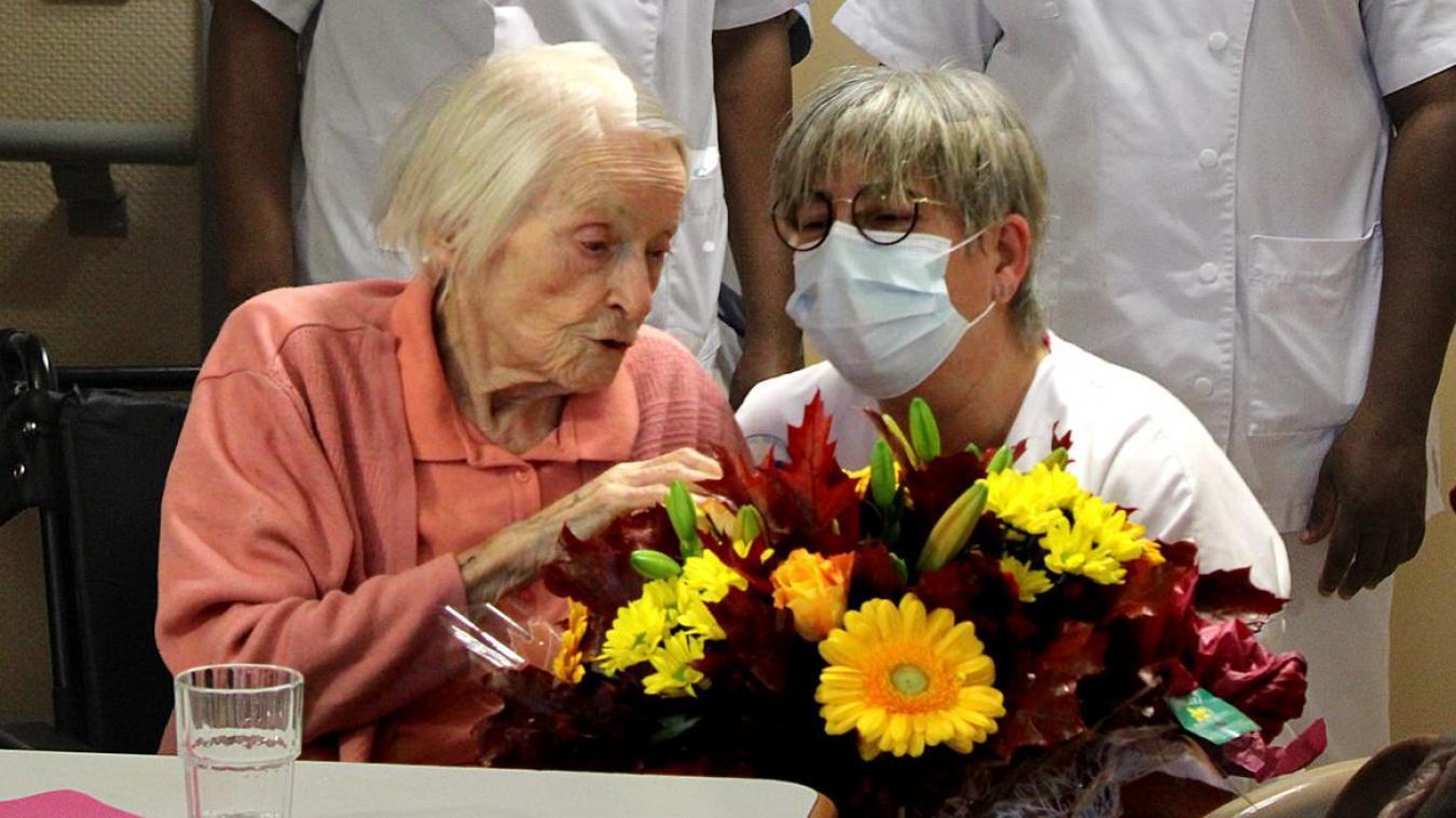 Madeleine Grotte entourée des soignantes de l'Ehpad de Reignier et du cadre de service, Yvette Dompmartin.