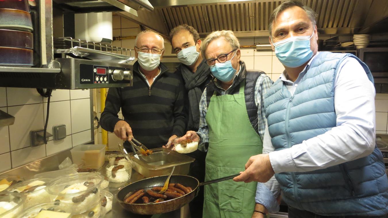 Plusieurs membres du Club 41, dont Ghislain Gresse (à droite) se retrouvent chaque vendredi en cuisine.