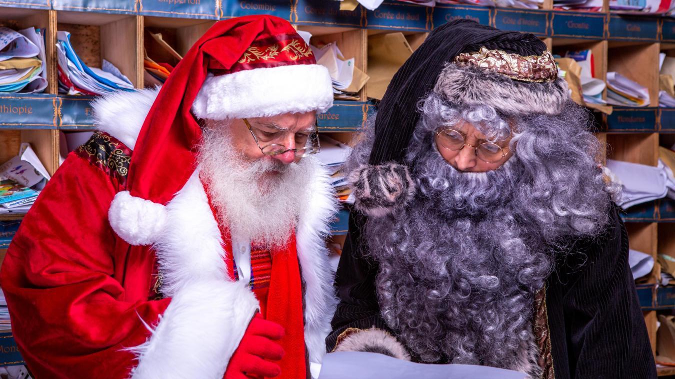 Le Hameau du Père Noël est fermé mais celui-ci et le père Fouettard continuent à lire les lettres des enfants.