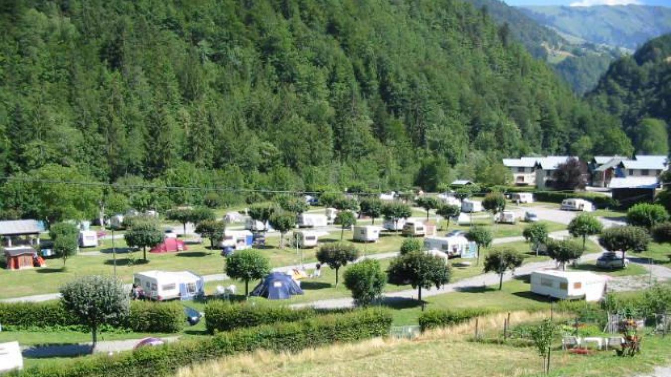 Vue sur le camping municipal de Domelin avec, en arrière-plan, les anciens bâtiments du CCAS.
