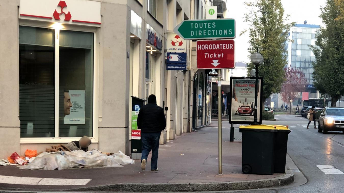 Nicole s'est installée à côté d'une agence bancaire du centre-ville d'Annecy.