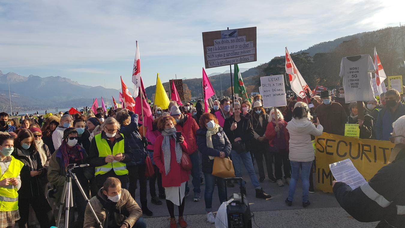 Syndicats, associations et groupes politiques se sont retrouvés lors d'une manifestation autorisée sur le Pâquier.