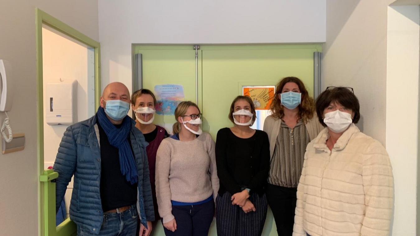 La maire Josiane Lei et son adjoint au parcours de vie Christophe Bochaton ont remis ces masques transparents à l'école maternelle du Mur Blanc et à la crèche Littorella lundi 23 novembre.