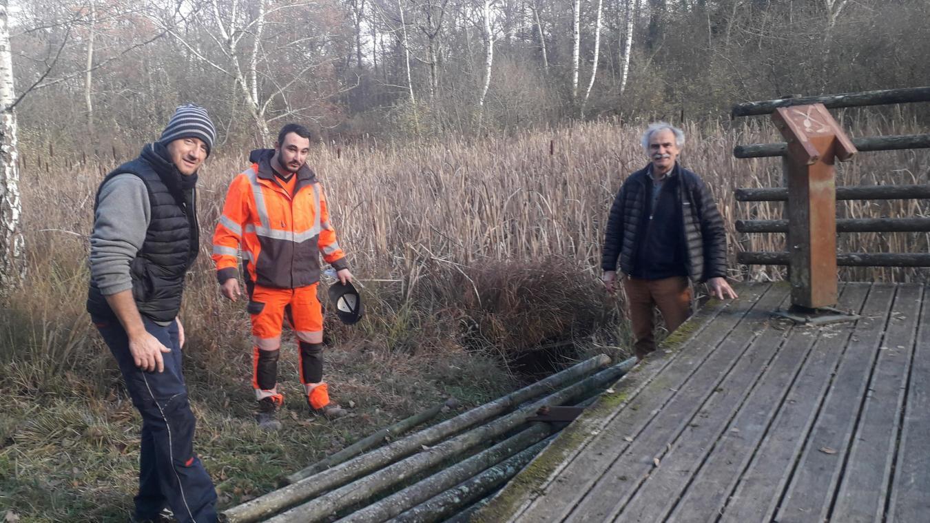 Stéphane Morlain (à gauche) et Lois Jore, des services techniques de Chens, avec Thierry Le Borgne, président de l'association LAC (Littoral Action Communes), constatent les dégradations.