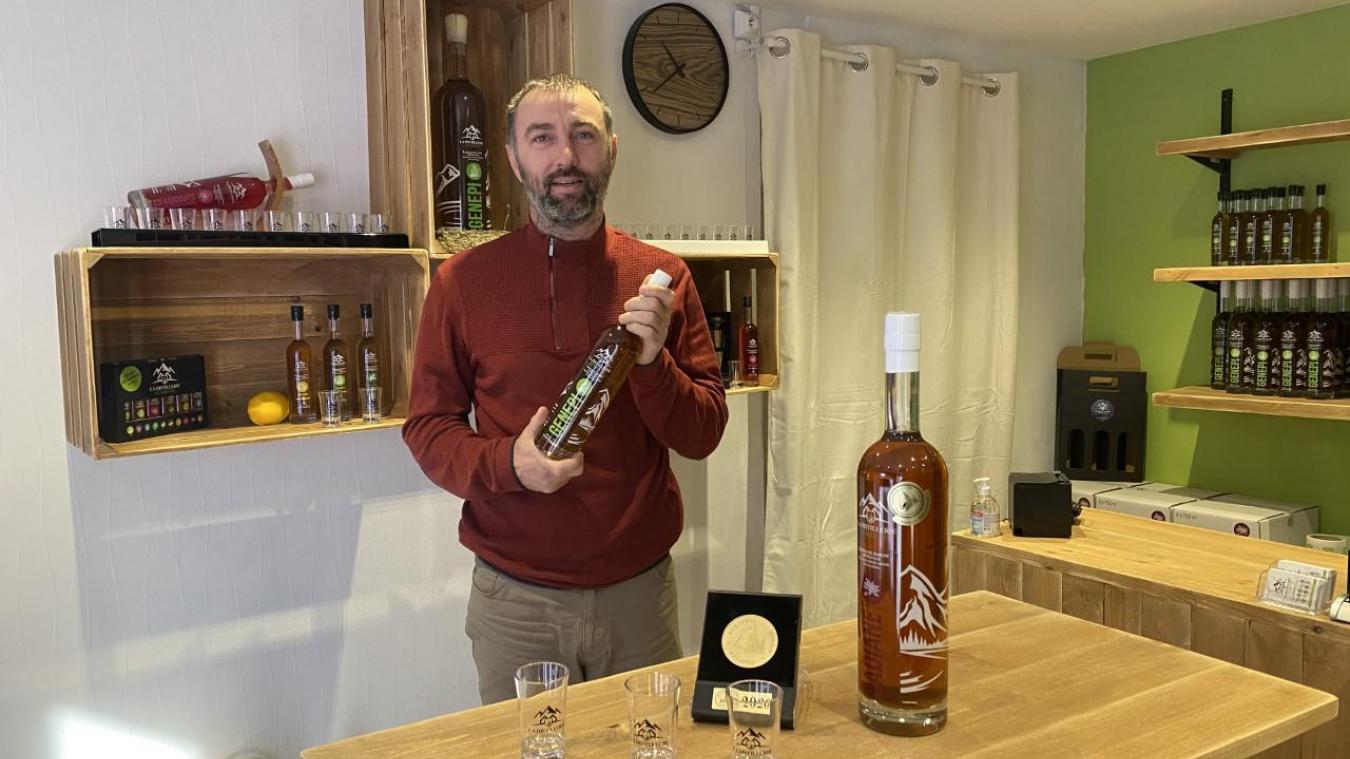 Yohann Thabuis fabrique sa liqueur à Collonges.