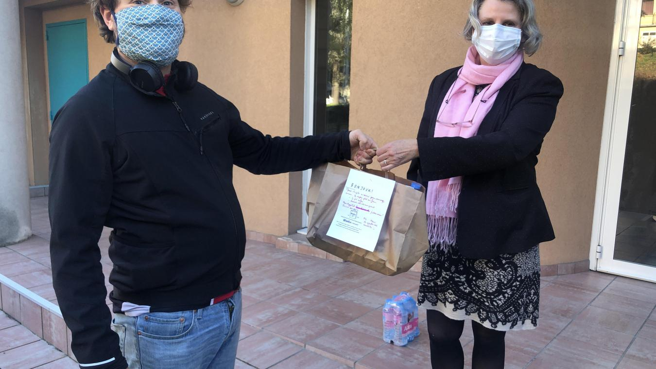 Livreur bénévole, Baptiste a récupéré les plats préparés bénévolement par Marie-Angèle. Quatre personnes en ont bénéficié dans les quelques minutes qui ont suivi dont Mohamed.