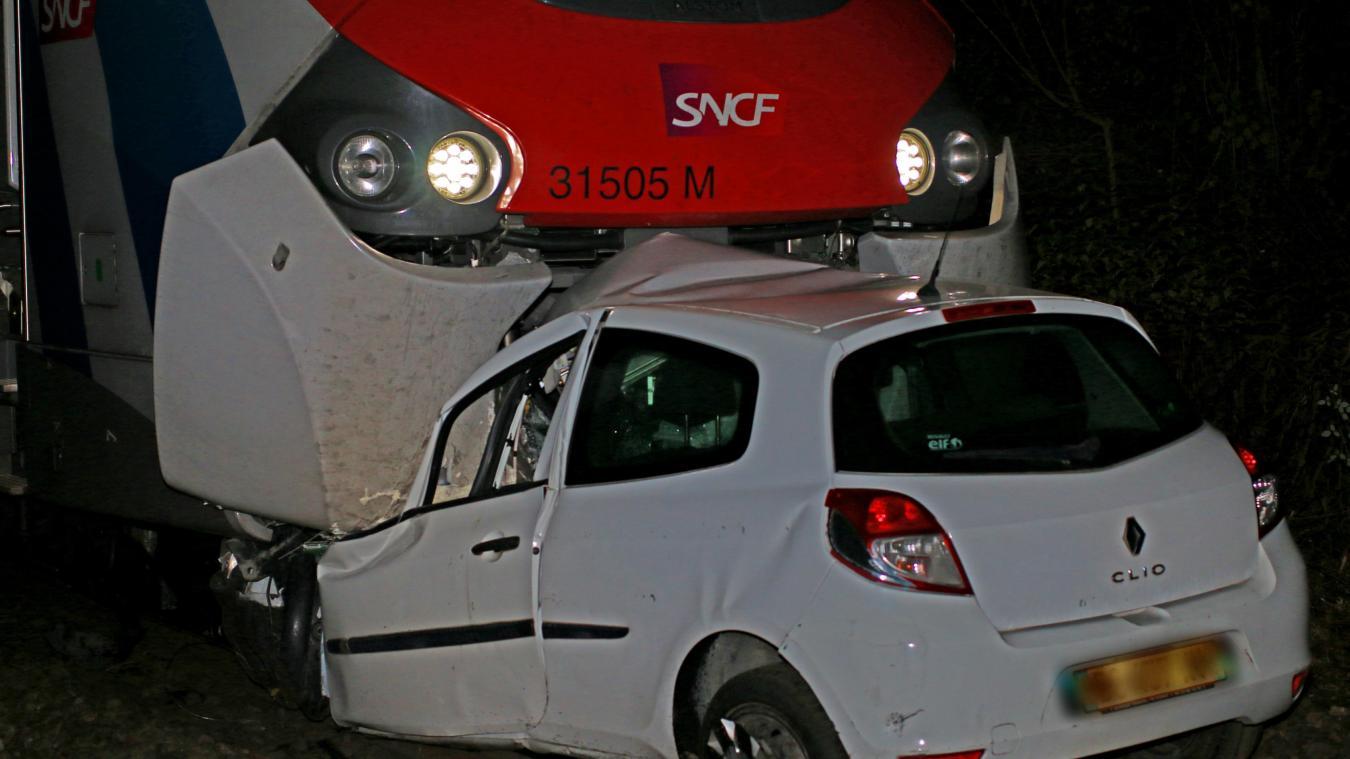 Percutée par un train, la voiture a été traînée sur 300 mètres.