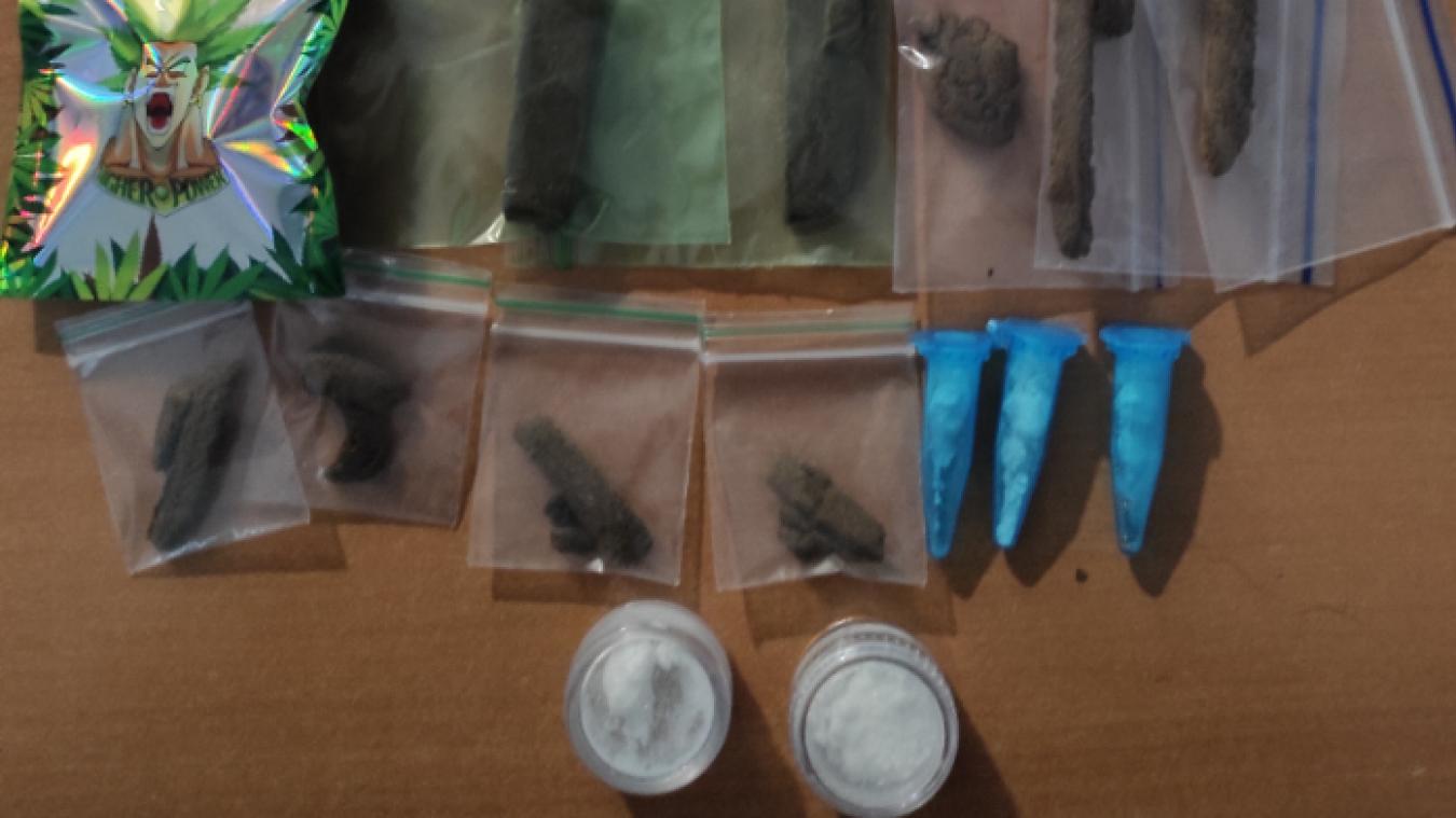 Des sachets de résine de cannabis (18g), d'herbe de cannabis (13 g) et de cocaïne (4,97g) ont été saisis à Annemasse, lundi 23 novembre.