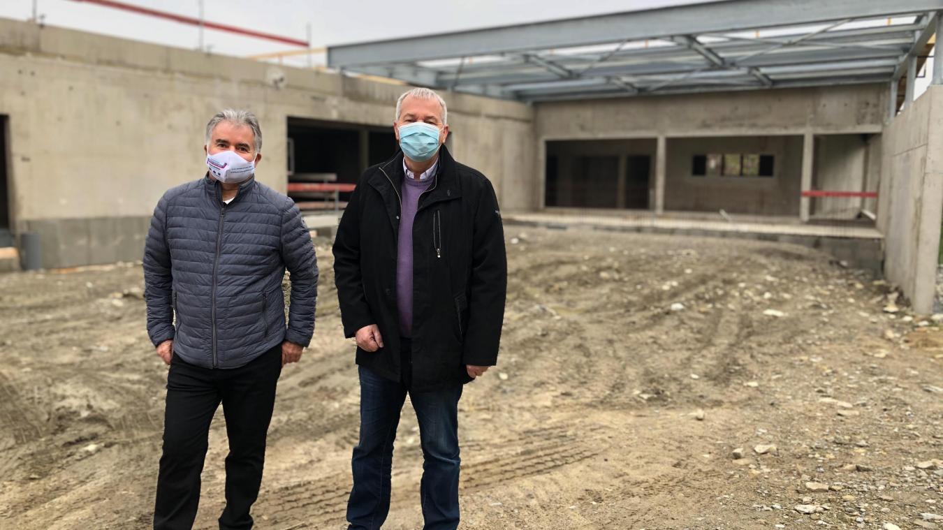 Frédéric Jacquet et François Deville se tiennent devant ce qui sera bientôt l'école de l'Aérospatiale.