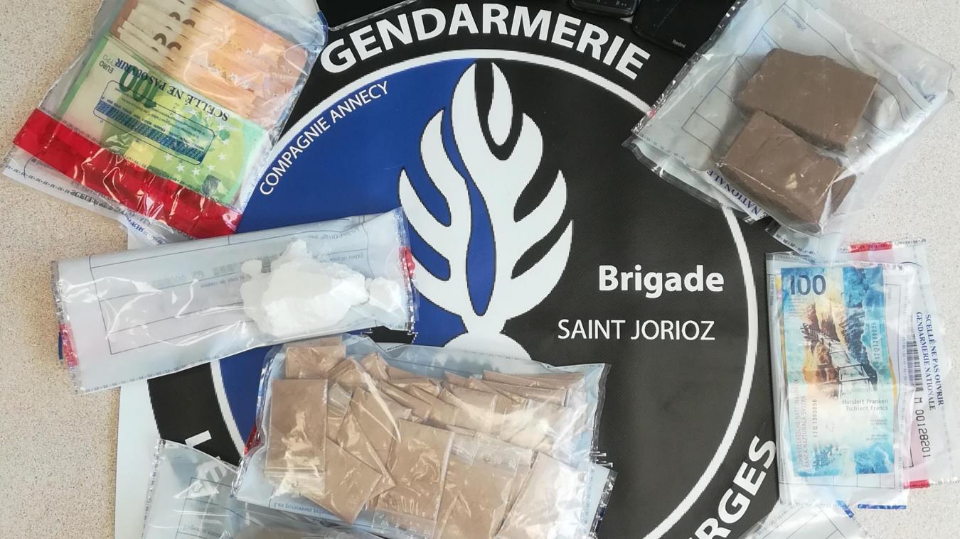 600 grammes d'héroïne, 80 grammes de cocaïne et 3600 euros en liquide ont été saisis.