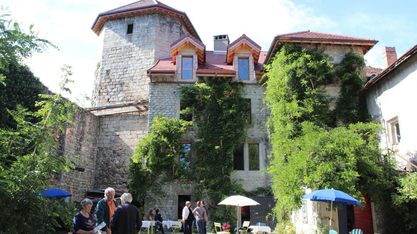Le château d'Ogny, dernier survivant d'une ligne de défense du XIV e  siècle qui comprenait des castels à Saint-Julien, Archamps, Feigères ou Viry.