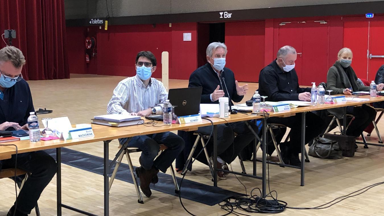 Georges Morand entouré de Didier Schwerdel, le directeur général des services sur le départ et le nouveau directeur des services techniques, Eric Portsch.