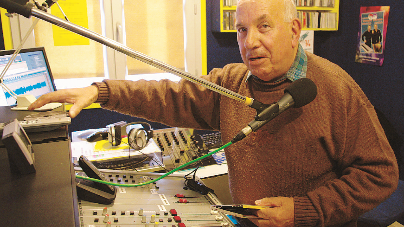 Michel Acquistapace, derrière le micro, dans le studio de Sorgia FM, en 2014. Là où il a animé des émissions sur l'accordéon durant près de 36 ans.