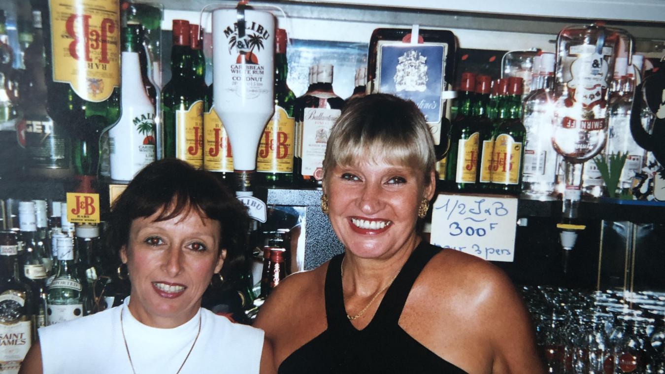 La Fouèse (à droite) au bar du Ram Dam avec sa collègue, Martine.