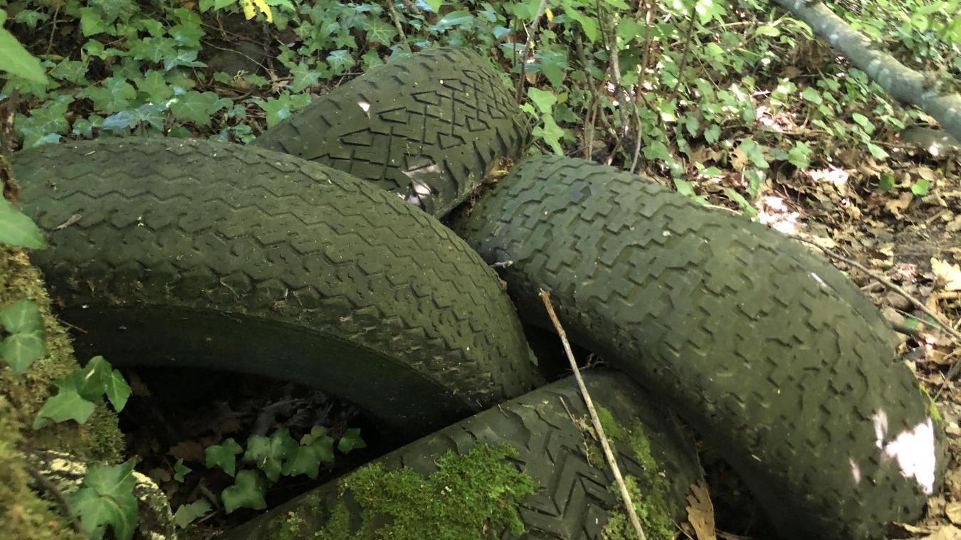 Face au refus des déchetteries de collecter les pneus jantés, des particuliers se débarrassent de leurs roues en pleine nature.