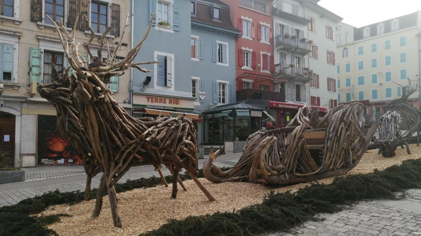 Le traîneau du Père Noël en bois flotté figure en bonne place au cœur du centre-ville.