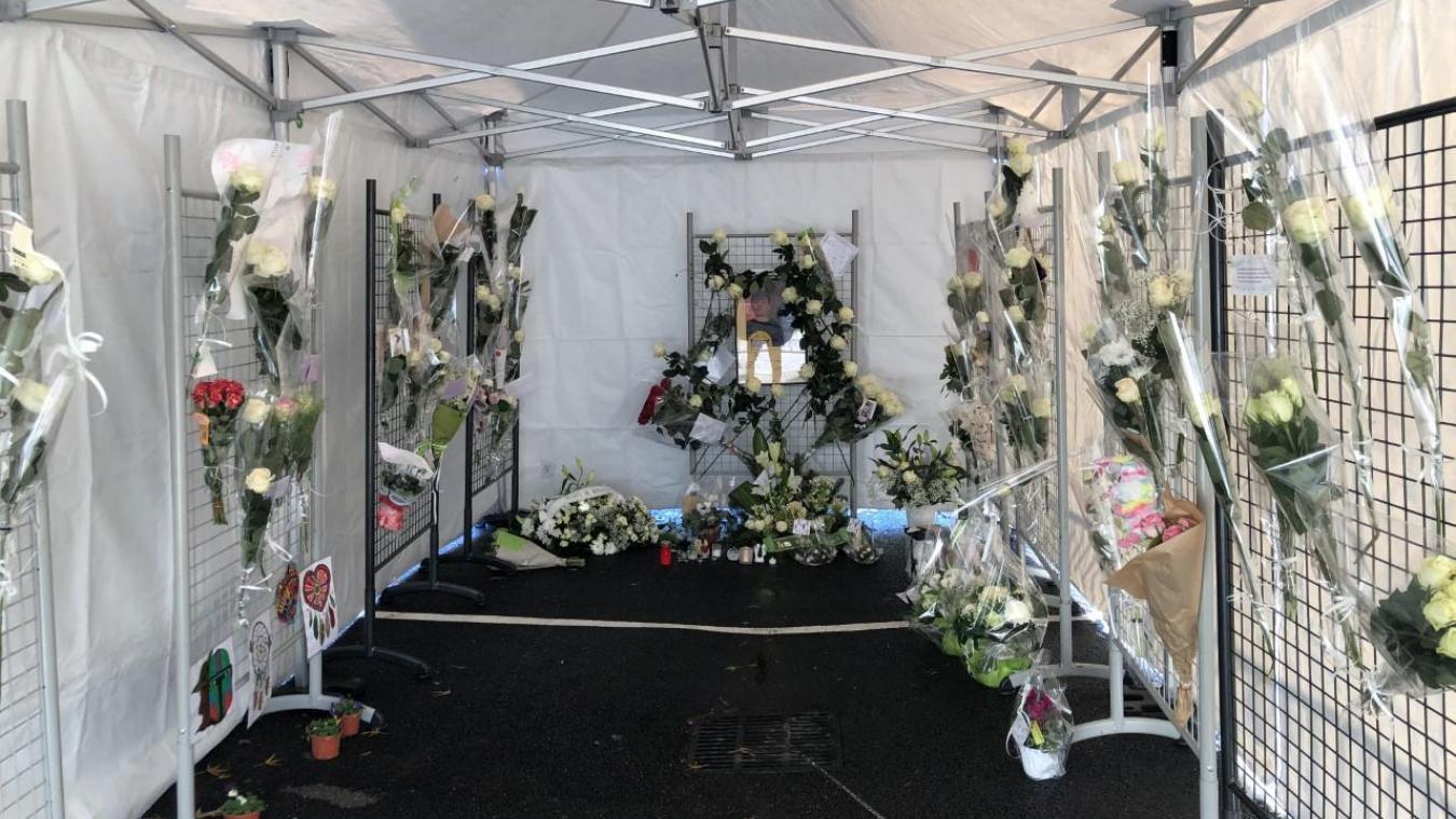 Une tente a été dressée à proximité du collège François-Mugnier de Bons-en-Chablais afin de rendre hommage au jeune Baptiste, décédé le 2 décembre.