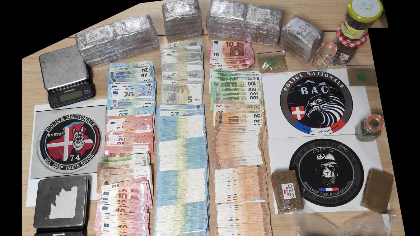 Mardi 1er décembre, un homme a été interpellé à Vétraz-Monthoux par les policiers d'Annemasse. 4 kilos de drogue et 12 000 euros en numéraire ont été retrouvés dans sa voiture. Photo Police nationale