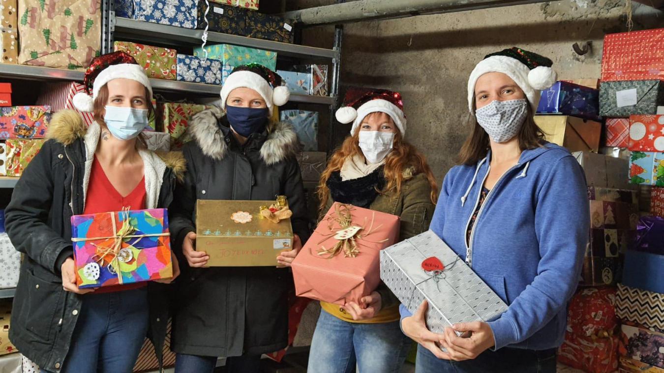 L'équipe de bénévoles qui récupère et trie les boites de Noël avant la distribution : Jennifer, Carine, Gwendoline et Laetitia (il manque Rebecca, très active du côté de Bellegarde).