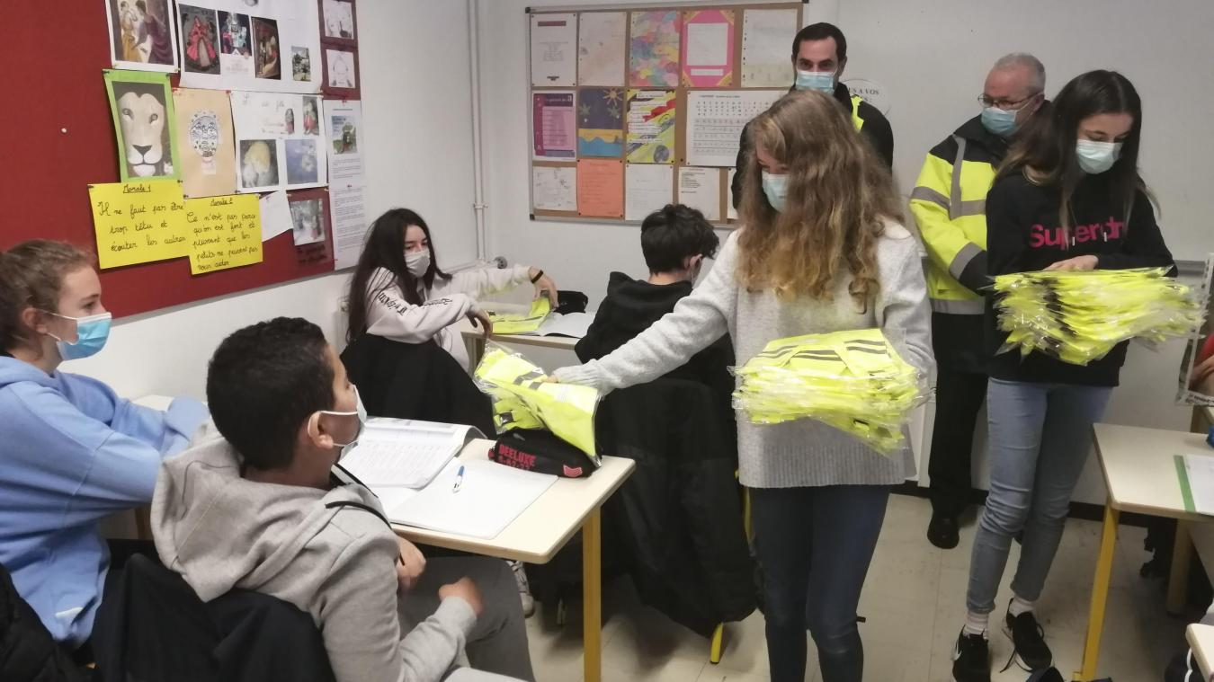 Les deux déléguées de cette classe de 3e du collège du Gavot ont distribué les baudriers à leurs camarades.