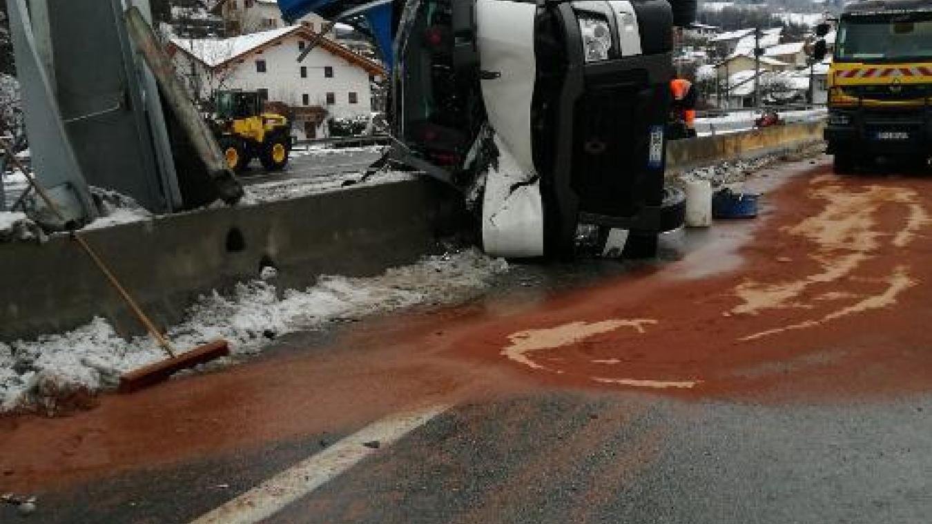 Un poid lourd s'est retourné sur l'autoroute Blanche mardi 8 décembre. © PMO