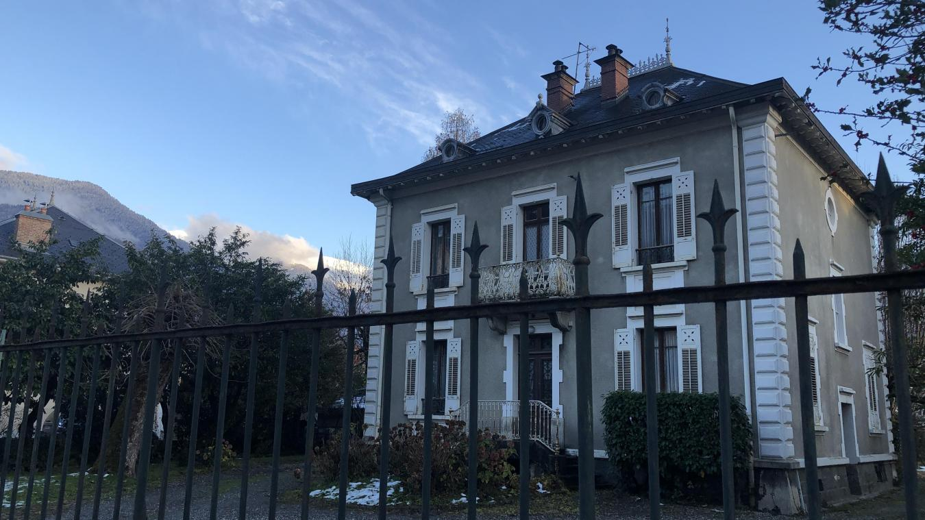 Il ne reste que quelques exemplaires de ces maisons de maître posées au milieu de leur parcelle rue Suarez.
