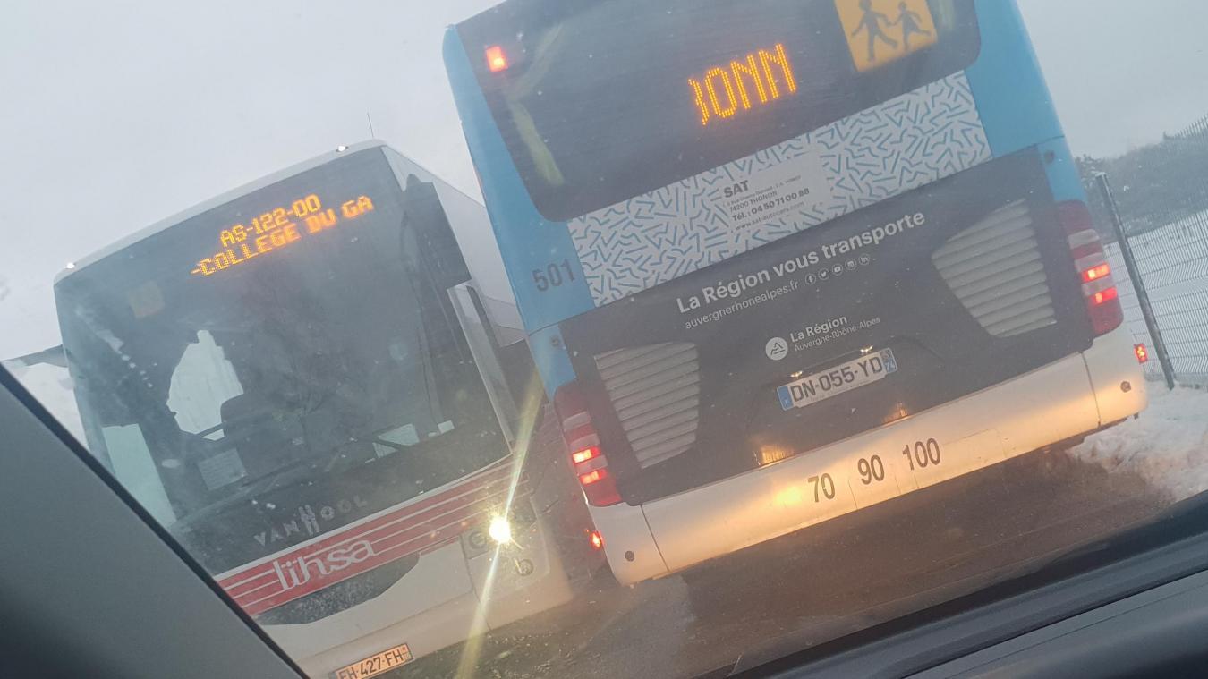 Aux abords du collège du Gavot, à Saint-Paul-en-Chablais, les bus scolaires se croisent difficilement.