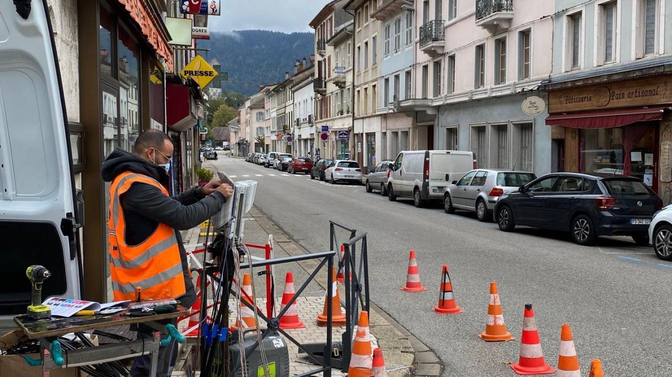 Pose de câbles pour le haut-débit dans la rue du Dr Mercier.