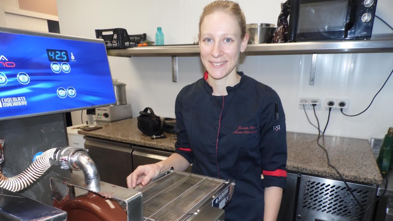 Juliette Nevo confectionne ses chocolats et gère sa boutique seule, avec un renfort prévu pour les fêtes.