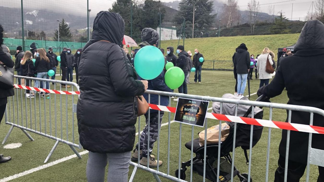 Plus d'une centaine de personnes s'étaient rassemblées au stade de Bons-en-Chablais, samedi 12 décembre, pour rendre hommage au jeune Baptiste.