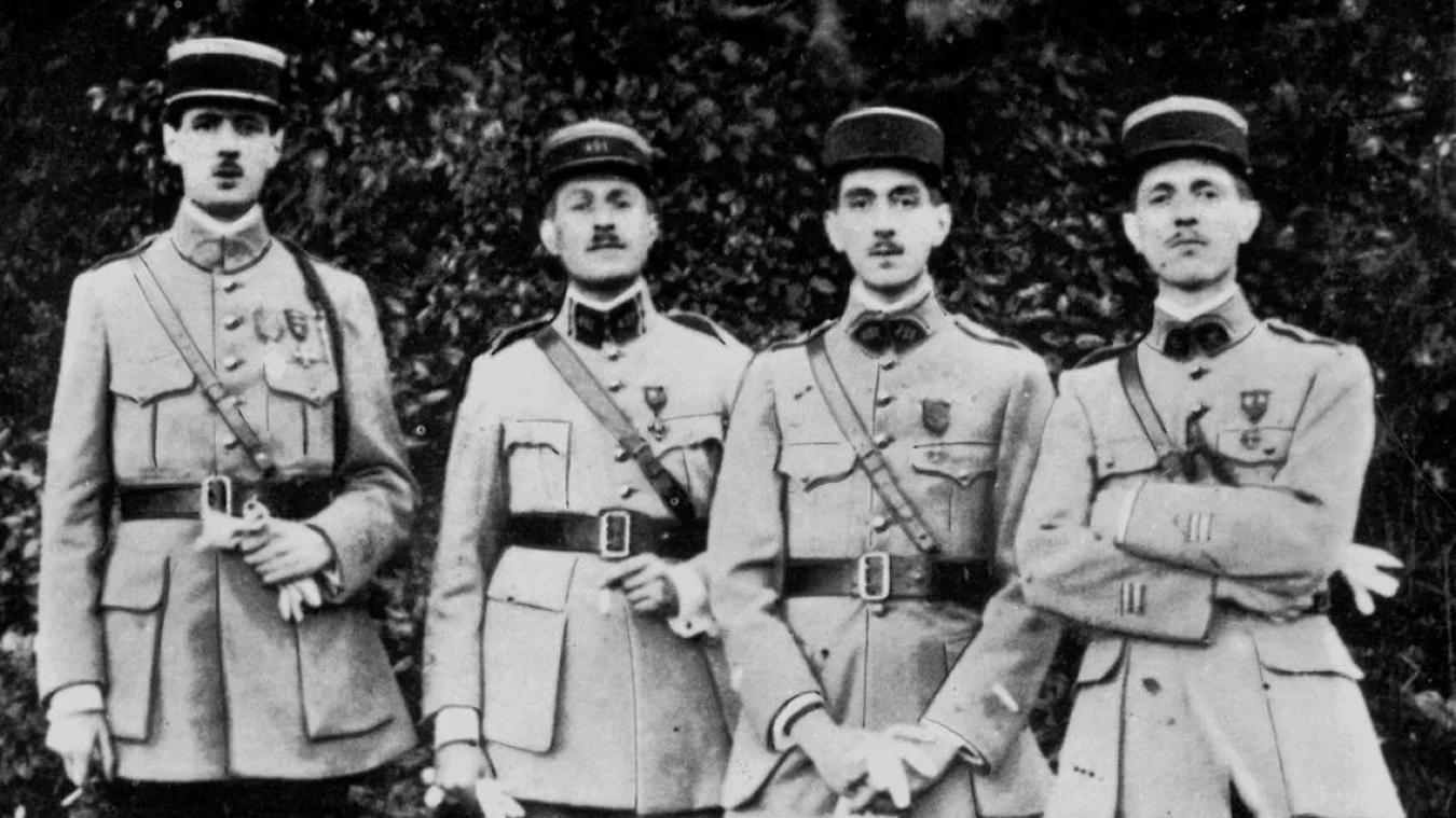Les quatre frères de Gaulle en 1919, à côté de Charles (à gauche), Jacques et Xavier, qui franchiront clandestinement la frontière à Collonges grâce au curé Jolivet.