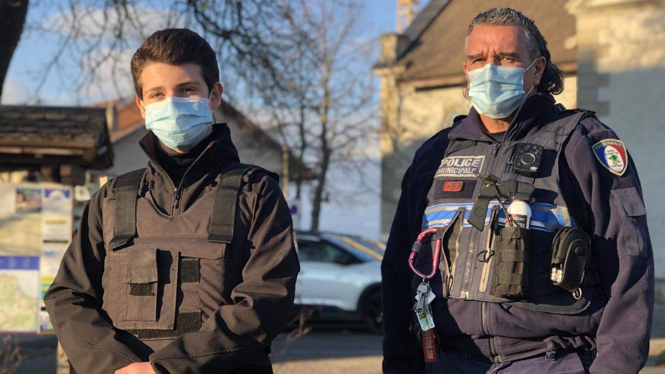 La police de Chens s'était équipée d'une caméra en réaction « à l'agressivité et à la mauvaise foi de certaines personnes » (A droite, Eric Pucet aux côtés d'un jeune stagiaire).