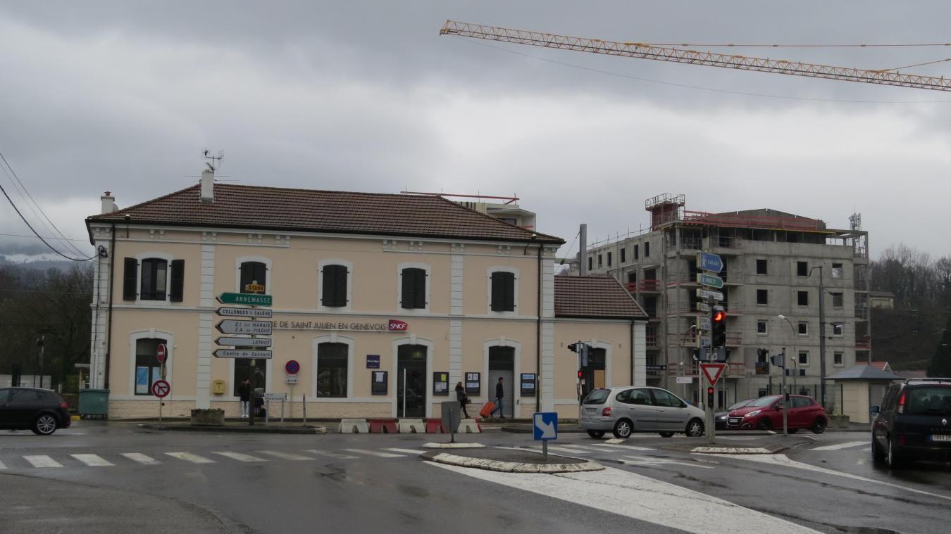 La gare de Saint-Julien fait partie, avec celle de Valleiry, des deux arrêts intermédiaires de la ligne Bellegarde-Annemasse.