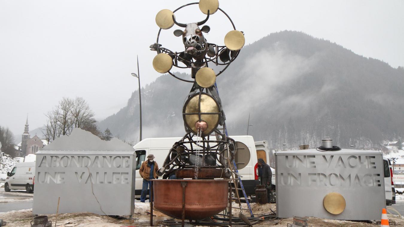 (PHOTOS) Abondance : une sculpture géante en forme de vache à l'entrée du village