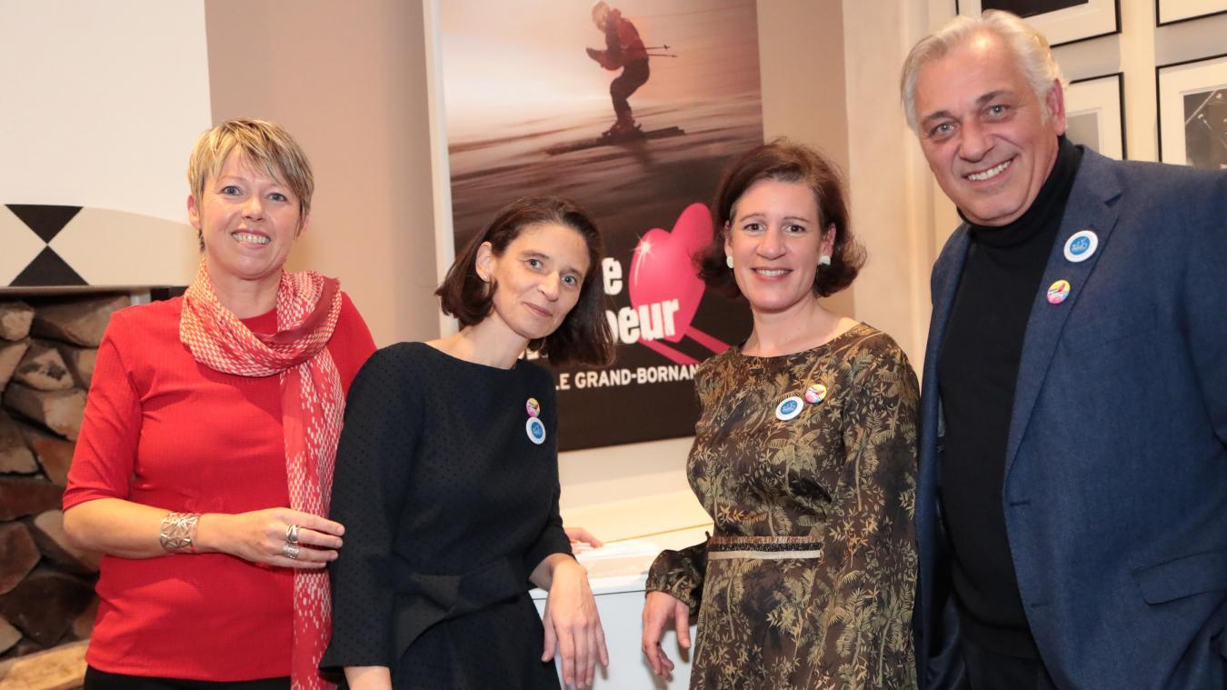 De gauche à droite : Isabelle Pochat-Cottilloux, organisatrice de Glisse en Cœur, Eugénie Juin, présidente de MEEO, Félicie Petit, fondatrice et directrice de MEEO, Stéphane Thébaut, parrain de Glisse en Cœur