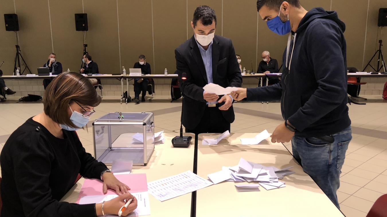 En tant que président, Jean-Philippe Mas procède au dépouillement des votes pour les deux commissions.
