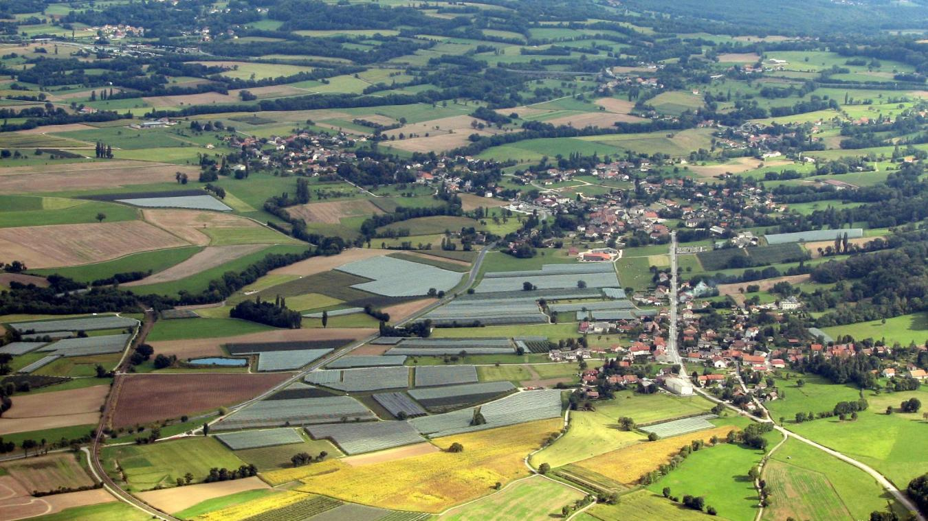 Une vue de la commune de Chevrier (premier plan), dont l'activité est largement dédiée à l'arboriculture.