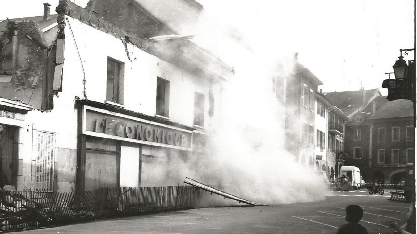 En mai 1980, les anciens bâtiments tombent, avant de laisser leur place à l'hôtel de ville.