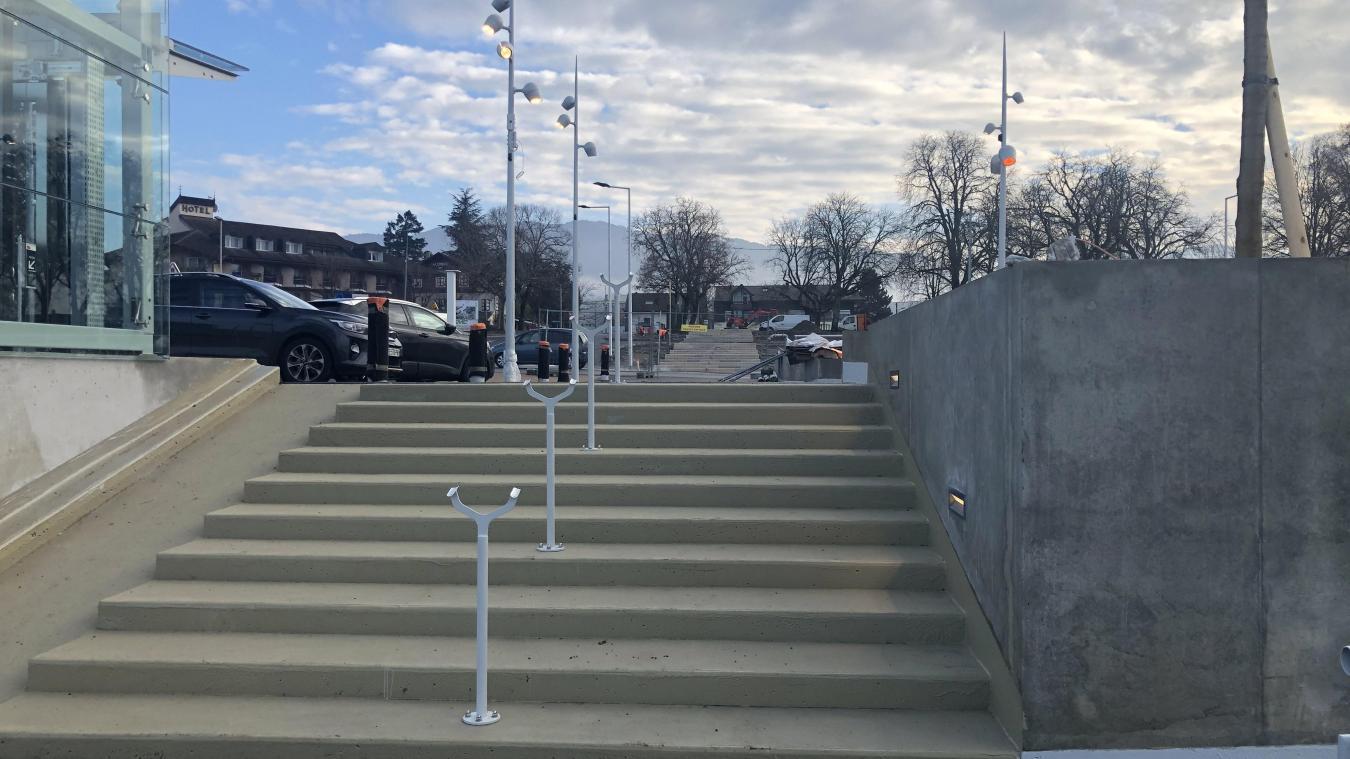 Les aménagements réalisés sur la place de Crête sont visibles depuis le parking.