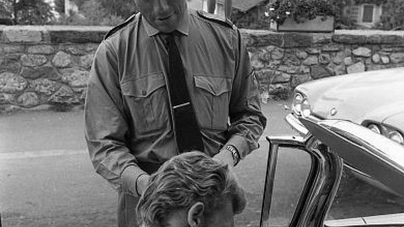 Johnny Hallyday signe un autographe à un douanier en 1962.